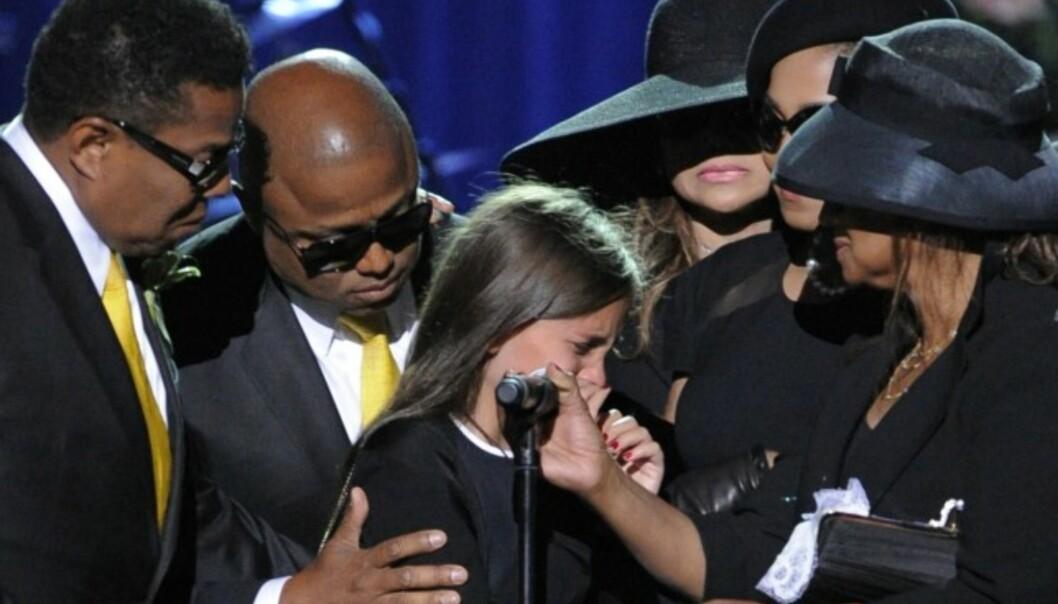STERKT: Paris Jackson holdt tale under farens minnestund den 7. juli 2009. Det ble en tårevåt affære for den unge jenta, familien og alle seerne. Foto: AP Photo/Mark J. Terrill, NTB scanpix