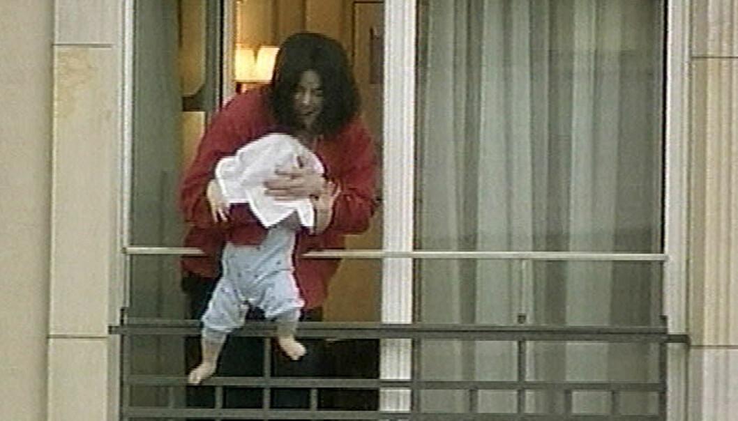 FIKK KRITIKK: Michael Jackson vekket oppsikt da han i 2002 holdt sønnen «Blanket» utenfor balkongen på et hotell i Berlin. Foto: NTB scanpix