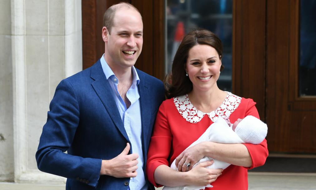 VISTE FREM PRINSEN: Kun syv timer etter fødselen kunne prins William og hertuginne Kate stolt vise frem sin nyfødte sønn på sykehustrappen. Foto: NTB Scanpix.