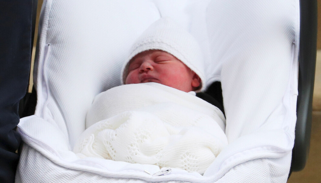 PÅ VEI HJEM: Den lille prinsen sov søtt i bilstolen på vei hjem fra sykehuset. Foto: NTB Scanpix