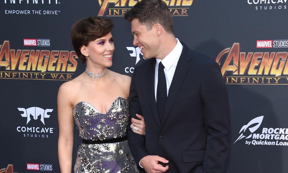 FØRSTE RØD LØPER: Scarlett Johansson og Colin Jost skal ha vært et par siden i fjor, men først mandag kveld viste de seg sammen på den røde løperen - da «Avengers: Infinity War» hadde premiere i Hollywood. Foto: NTB scanpix