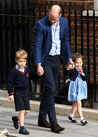 LILLEBROR: Prins William kom hånd i hånd med barna prins George og prinsesse Charlotte for å hilse på lillebror, bare timer etter fødselen. FOTO: NTB Scanpix