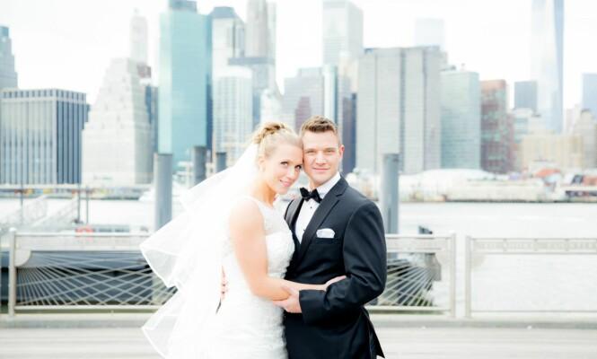 NEW YORK: Ikke glem å booke fotograf til bryllupet, tipser Ina. Selv tok de bryllupsbilder med Manhattan skyline i bakgrunnen. Foto: Privat.