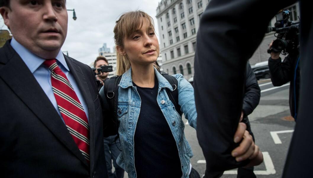 <strong>I HARDT VÆR:</strong> Allison Mack forlater retten i New York etter høringen tirsdag. Foto: Drew Angerer/Getty Images/AFP/ NTB scanpix