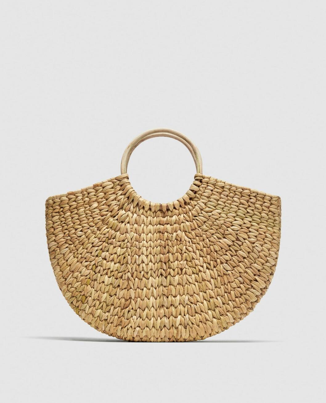 <strong>Vesle med rundt håndtak fra Zara |399,-| https:</strong>//www.zara.com/no/no/handlekurv-med-runde-h%C3%A5ndtak-p12050304.html?v1=5336012&v2=819022