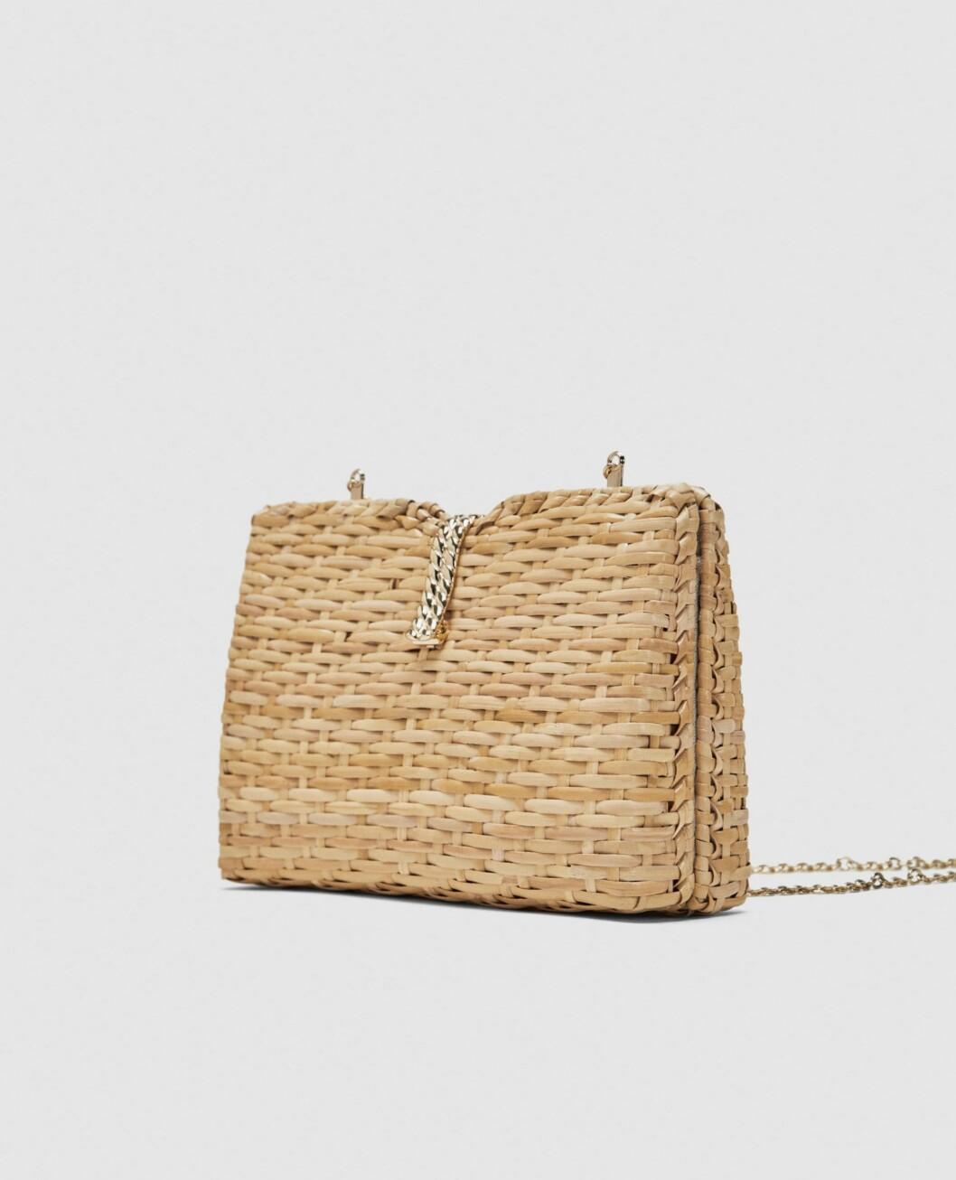 <strong>Veske fra Zara |399,-| https:</strong>//www.zara.com/no/no/boksveske-i-bast-med-skulderrem-p11680304.html?v1=5467520&v2=819022