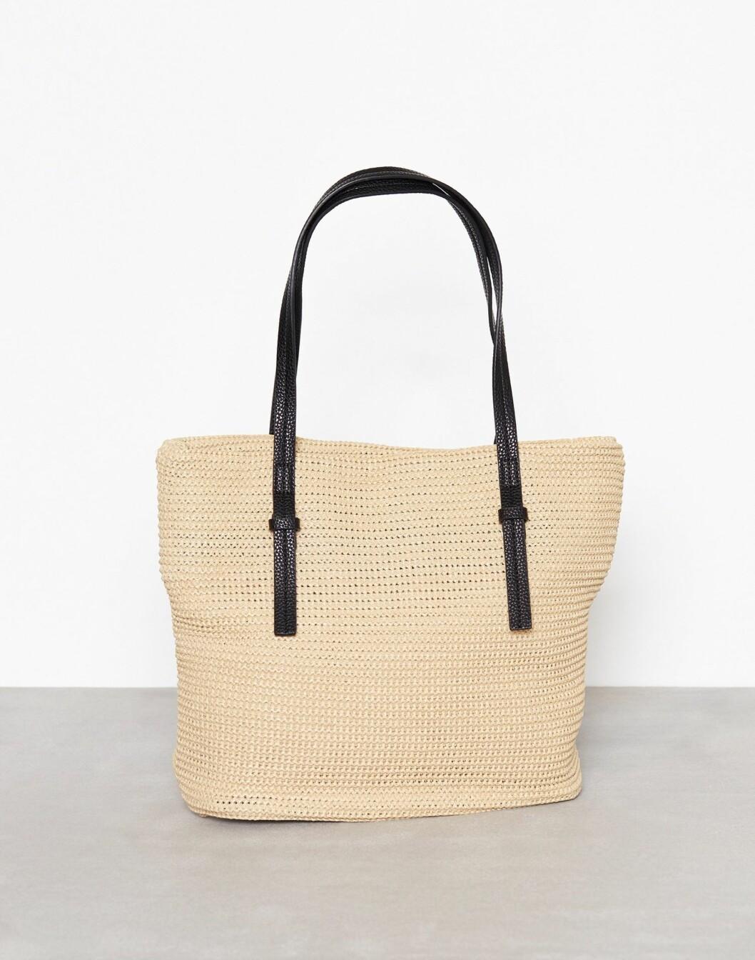 Fra Vero Moda via Nelly.com |299,-| https://nelly.com/no/kl%C3%A6r-til-kvinner/tilbeh%C3%B8r/vesker/vero-moda-631/vmtassie-straw-bag-69000-0119/