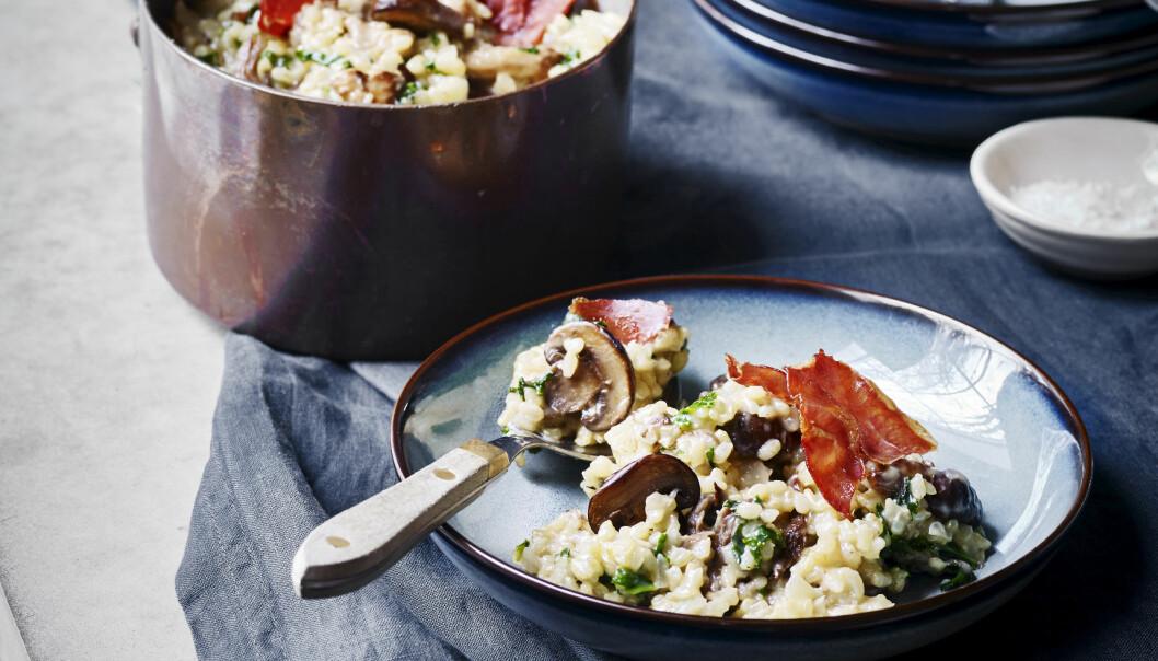 MIDDAGSTIPS: Pynt risottoen med serranoskinke og server straks. FOTO: Nina Malling