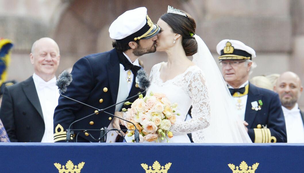 KYSSET: Prins Carl Philip og Sofia giftet seg 15. juni 2015. Før hun møtte prinsen drømte hun om et barbeint-bryllup på en eksotisk strand. Det ble med drømmen. FOTO: NTB Scanpix
