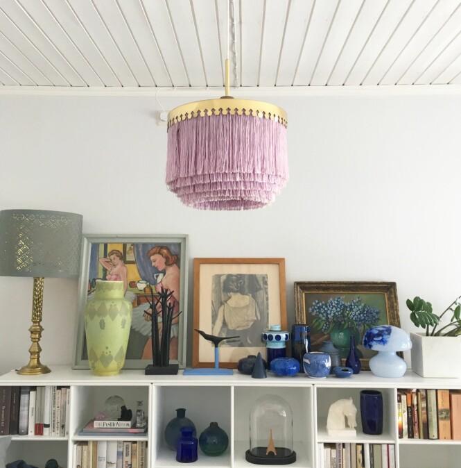 SVENSK DESIGN: Denne rosa frynselampen henger i stua til Camilla og Audun og er vintage fra svenske Hans Agne Jakobsson for Markaryd. Ifølge Camilla er lampene blitt superpopulære igjen, men de er absolutt ikke enkle å få tak i. FOTO: Privat