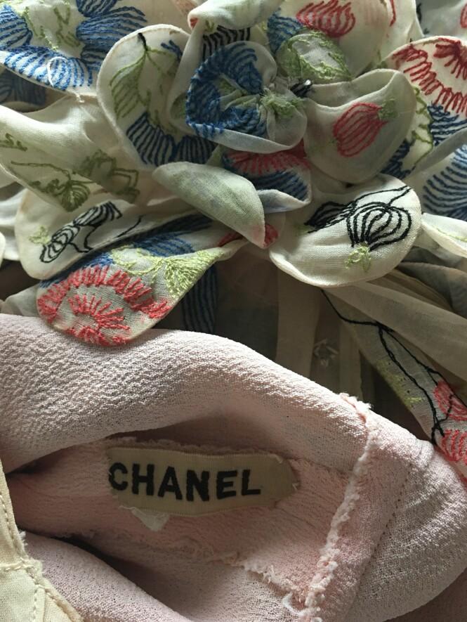 GODE FUNN: Camilla har funnet to Chanel-kjoler på loppis: en sort og en vintage couture. Til KK forteller hun at hjertet banker litt ekstra når hun gjør slike funn. FOTO: Camilla Harbu Bielecki.