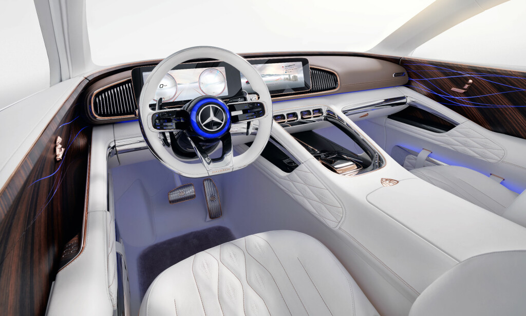 SENSUELL RENHET: Kun det nødvendigste er på plass med betjening via skjermer som kunne vært hentet rett inn fra dagens mercedes S-klasse. Foto: Daimler AG