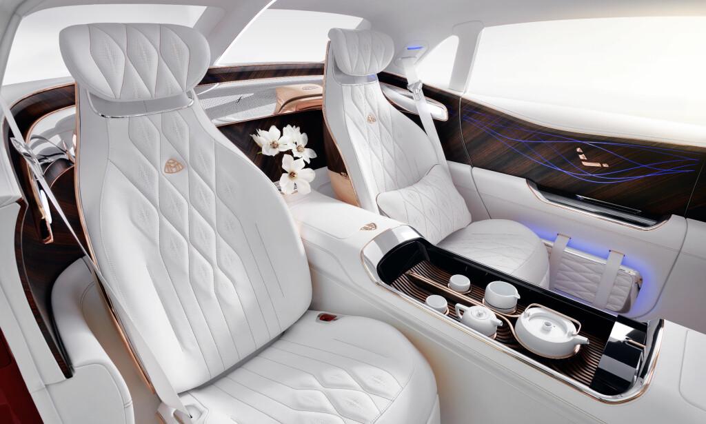 ULTIMAT LUKSUS? Interiøret er holdt i hvitt, edelt skinn, rosegull og «magisk» kinesisk treverk. Men champagne er byttet ut med et mer edrulig tesett. Foto: Daimler AG