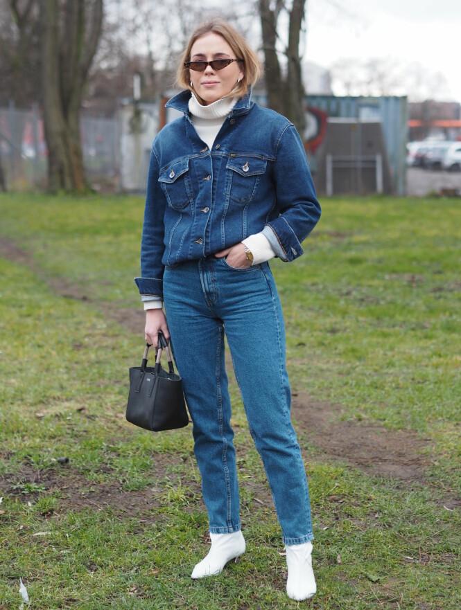 STJEL STILEN: Moteprofil Guri Heli matcher jeans og jakke, men bryter opp det hele med en lekker høyhalset genser under. Dette antrekket er supert til kaldere dager. FOTO: Malin Gaden