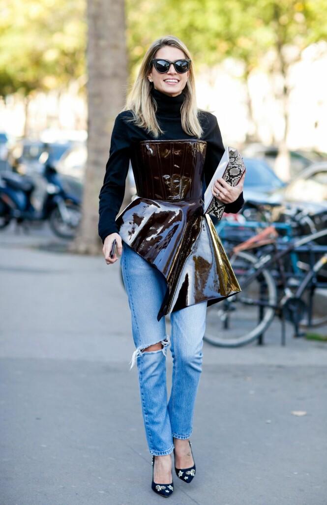 PYNTET: Kontrasten mellom jeansen og lakktoppen gir et kult og pyntet uttrykk. De høye hælene setter prikken over i-en. FOTO: NTB Scanpix