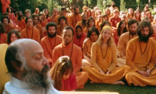 WILD WILD COUNTRY: Rajneeshs følgere kledde seg i oransje klær og bodde alle på Rancho Rajneesh. Fra Netflix-filmen «Wild Wild Country». Foto: Netflix
