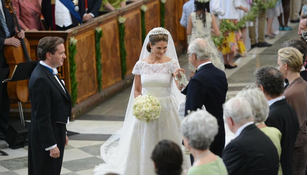 I KIRKEN: Det så idyllisk ut da kong Carl Gustav fulgte sin yngste datter opp kirkegulvet. Nå avslører prinsesse Madeleine hva som egentlig hadde foregått i kulissene. Foto: NTB Scanpix.