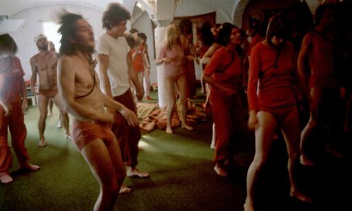 KULT: Følgerne til den indiske guruen Bhagwan Shree Rajneesh Sannyasins, har samlet seg i Bhagwansenteret i Margarethenried i Tyskland i august 1981. FOTO: NTB Scanpix