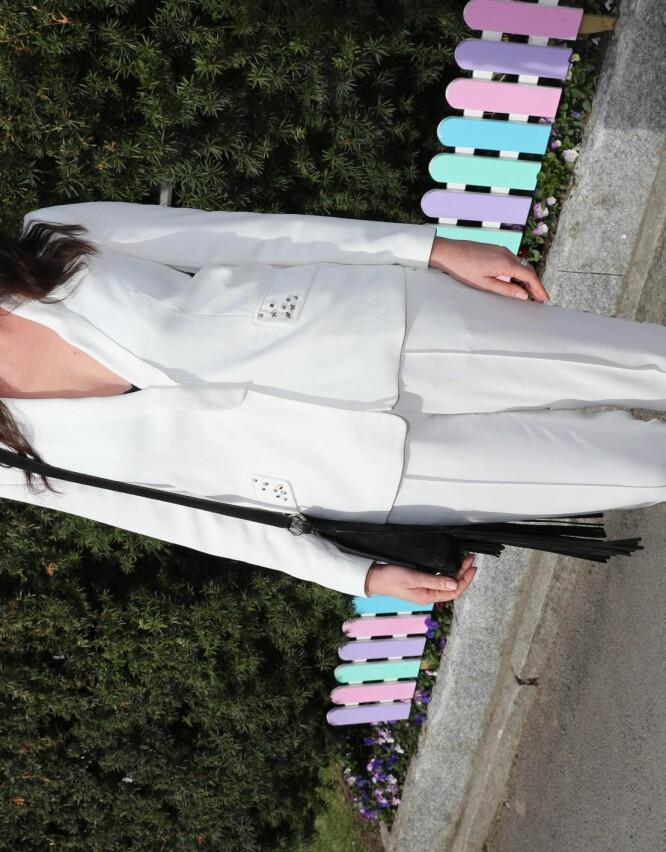 <strong>PASSE ROCKA:</strong> KK-redaktør Ingeborg Heldal stilte i en hvit dress med nagler på lommene - kanskje en liten hyllest til Elvis - stylet med rosa solbriller og sorte pumps. Foto: Andreas Fadum/ Se og Hør