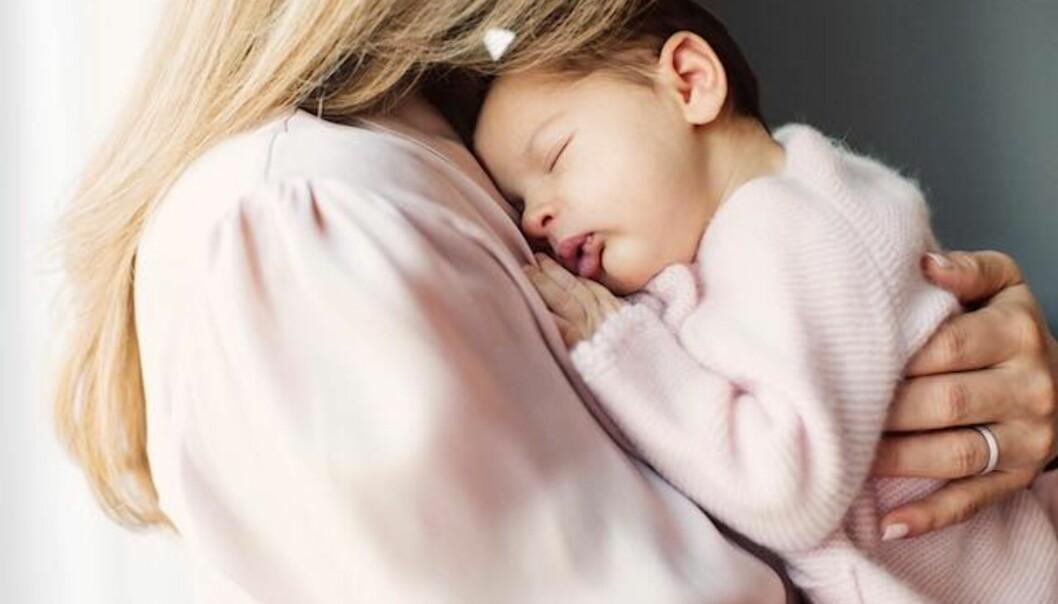 NYDELIG: Et av bildene viser at den nyfødte prinsessen sover trygt i mammas armer. Foto: Erika Gerdemark