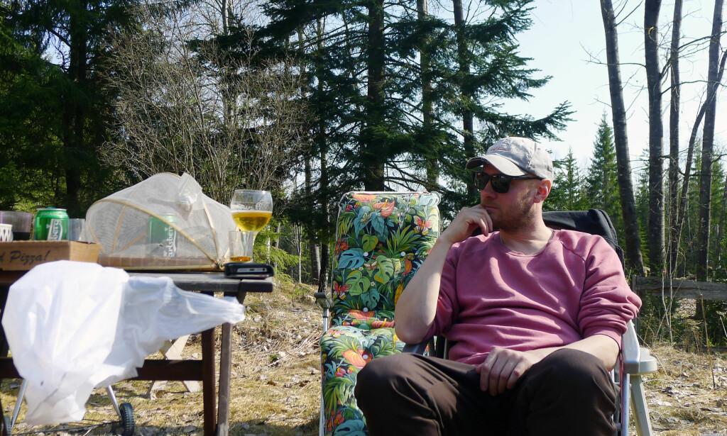 ALTER EGO: Martin Kellerman bor på et lite torp inne i skogen i Sverige. Overalt står det flasker og bokser. Som sitt alter ego Rocky, er også Kellerman en hund etter øl. Foto: Thomas Olsson