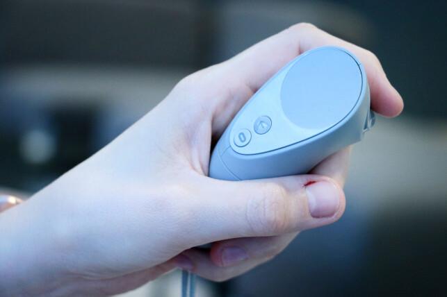 IKKE OPTIMAL: Kontrolleren til Oculus Go følger bare rotasjonen din. Dessuten skulle vi gjerne hatt en styrespak i stedet for «touchpad». Foto: Ole Petter Baugerød Stokke