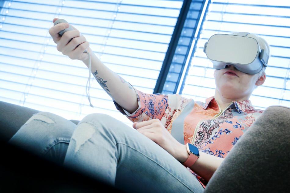 MORSOMT: Oculus Go gir deg VR-briller du ikke trenger å stappe mobilen inn i. Det er langt billigere enn skikkelig VR, men så tilbyr de heller ikke en skikkelig VR-opplevelse. Foto: Ole Petter Baugerød Stokke