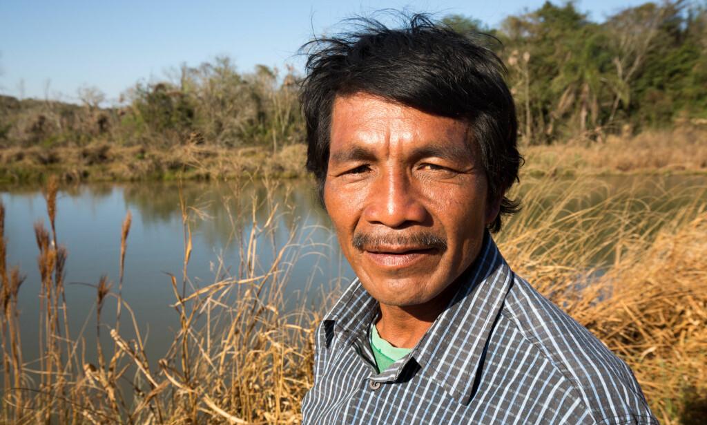 FORGIFTET: Jordene sprayes fra fly og forurenser drikkevannet. Bonden Abelino Garcia foran en innsjø forurenset av kjemikalier. Foto: Jim Wickens