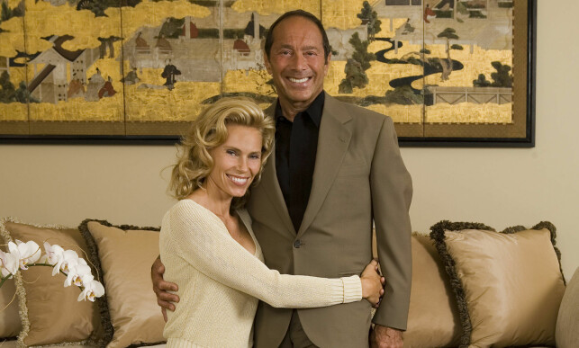 EKSMANNEN: Anna Anka sammen med sin tidligere ektemann Paul Anka i hans hus i Los Angeles. Paret giftet seg på Sardinia i 2008, men lykken tok slutt et par år seinere. Foto: Pa Photos / NTB Scanpix