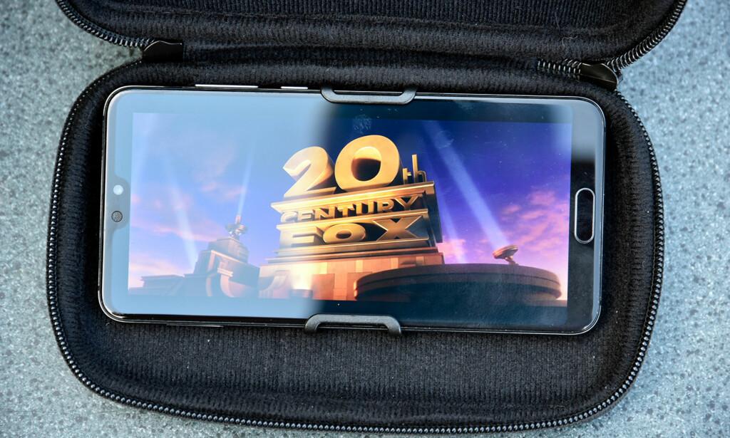 STØTTER DE STORE: Her har vi lagt i en Huawei P20 Pro, og fortsatt hadde festeanordningen tålt noen millimeter til i bredden. Foto: Pål Joakim Pollen