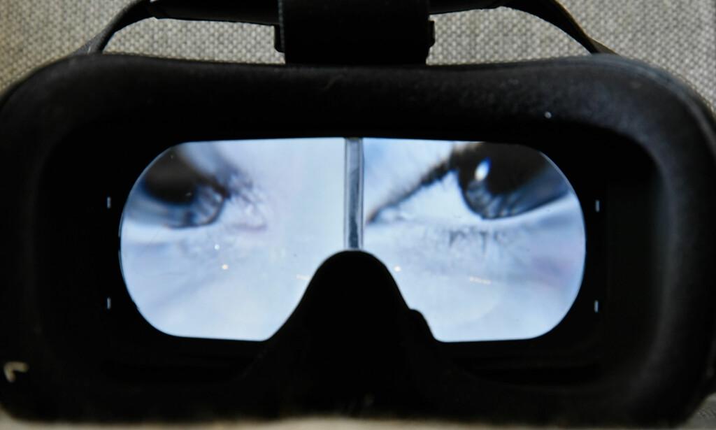Slik ser brilleglasset ut - feltet i midten fungerer som en deler, der hver halvdel har litt ulik vinkel. Foto: Pål Joakim Pollen
