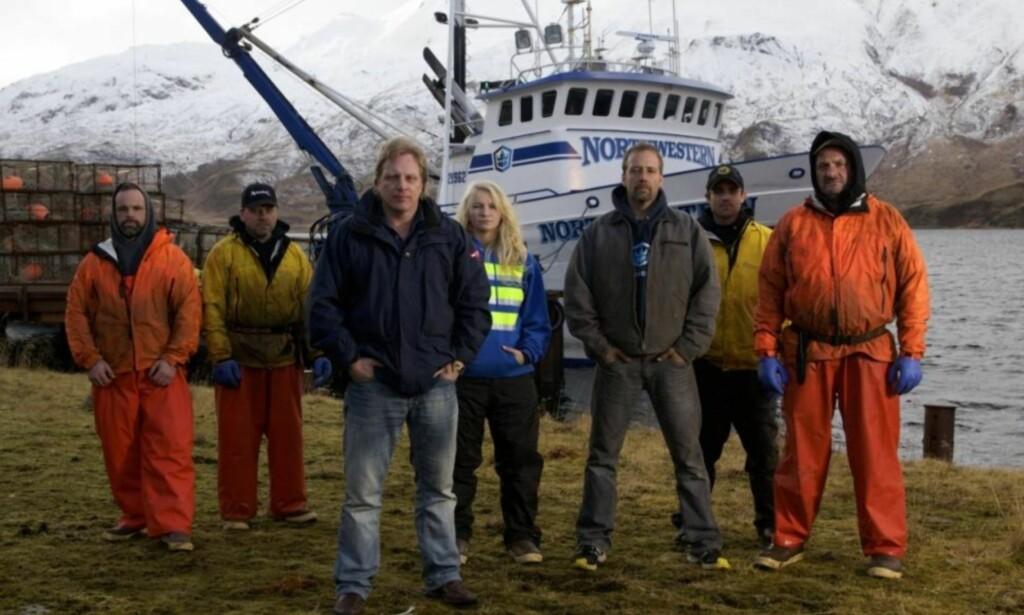 STOR KJENDIS: Sig Hansen i front av krabbebåten Northwestern, her sammen med resten av mannskapet. Bildet er tatt for noen år tilbake. Foto: Discovery Channel
