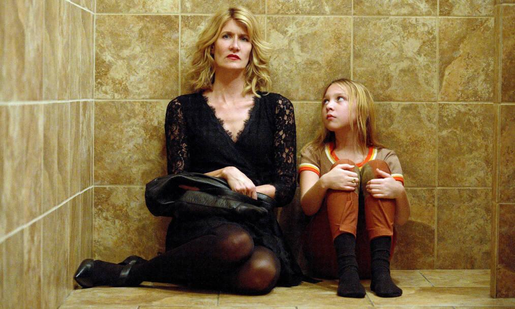 THE TALE: Skuespiller Laura Dern portretterer filmskaper Jennifer Fox, som i voksen alder oppdager at hun som tenåring ble utsatt for overgrep. Unge Jennifer spilles av Isabelle Nélisse. FOTO: HBO