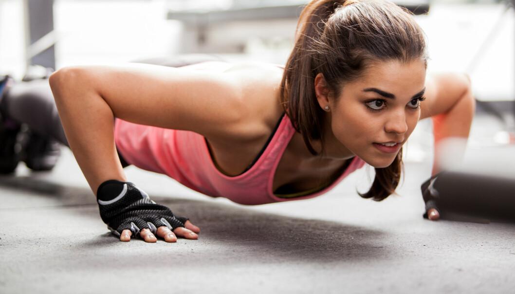 STRAK RYGG: Gjør den formen for push ups der du klarer å holde teknikken. Klarer du ikke de strake enda, kan du trene deg opp ved å trene andre former for push ups. FOTO: NTB Scanpix