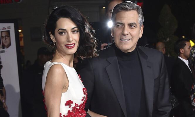 INVITERT: Skal vi tro den spanske frisøren Miguel Perez, blir George og Amal Clooney å se i England 19.mai. Foto: Jordan Strauss / INVISION