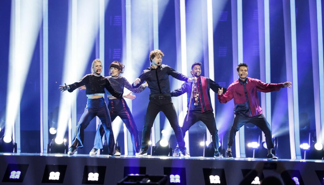STERK GJENNOMFØRING: Lisa Børud (ytterst t.v.) og Alexander Rybak imponerte under den første prøven i årets Eurovision. Foto: Andreas Putting/ Eurovision Song Contest