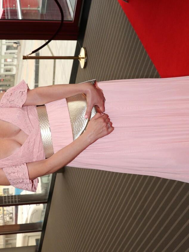 <strong>I GODT HUMØR:</strong> Lotto-programleder Ingerborg Myhre var kledd for fest i en rosa, fotsid kjole. Foto: Andreas Fadum