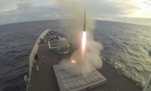 MISSIL: Pressebilde av et ESSM-missil som fyres av fra et skip. Foto: Raytheon.
