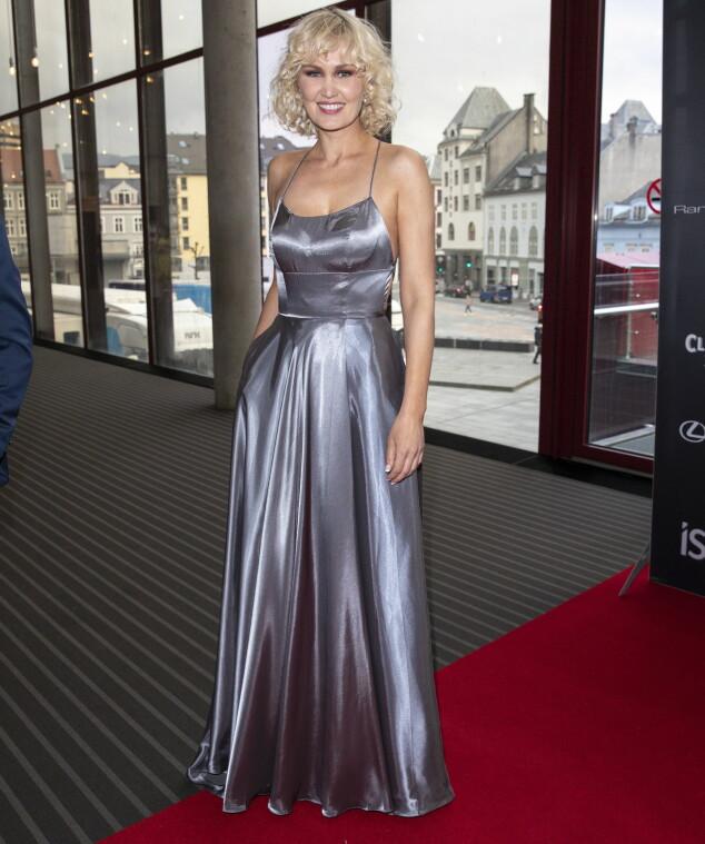 <strong>KLASSISK STIL:</strong> Skuespiller Ellen Dorrit Petersen var ikledd en klassisk metallisk kjole. Foto: Andreas Fadum