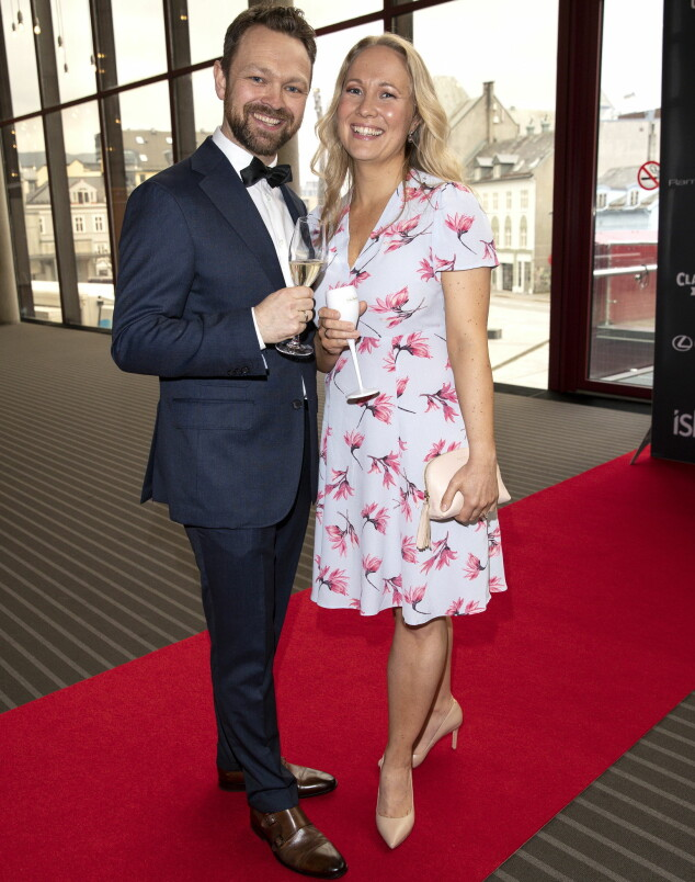 <strong>FESTKLAR DUO:</strong> Komiker Jon Brungot og kona Marte Hovig var i strålende humør da de ankom den røde løperen i Grieghallen i Bergen. Foto: Andreas Fadum