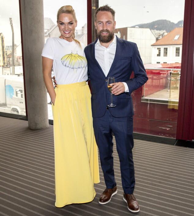 <strong>GULT ER KULT:</strong> Ekteparet Marna Haugen og Ørjan Burøe er klare for en festfylt kveld i Bergen. Foto: Andreas Fadum