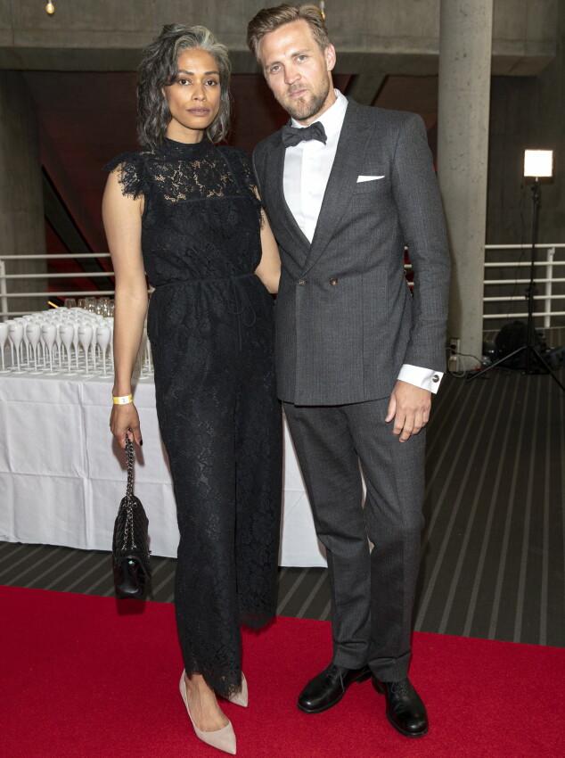 <strong>FESTSTEMT PAR:</strong> Skuespiller Tobias Santelmann sammen med kjæresten Jennifer Bråthen. Foto: Andreas Fadum