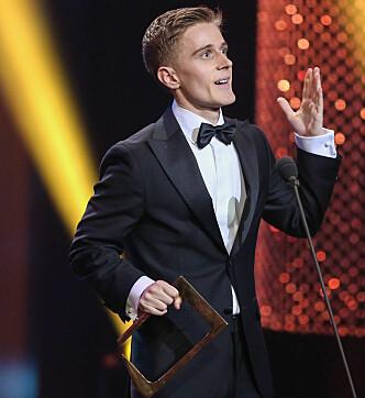 <strong>HYLLET:</strong> Skuespiller Axel Bøyum mottok Gullruten-pris for sin rolle i NRK-suksessen «Heimebane». Foto: TV 2