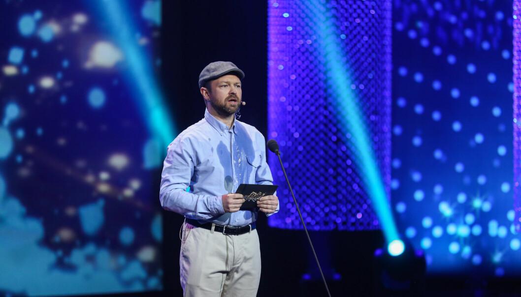 <strong>HUMOR:</strong> John Brungot ble tilsynelatende gjennomsvett mens han tværet ut tiden før han leste opp vinneren i kategorien «beste konkurransedrevne reality». Foto: Espen Solli/ TV 2