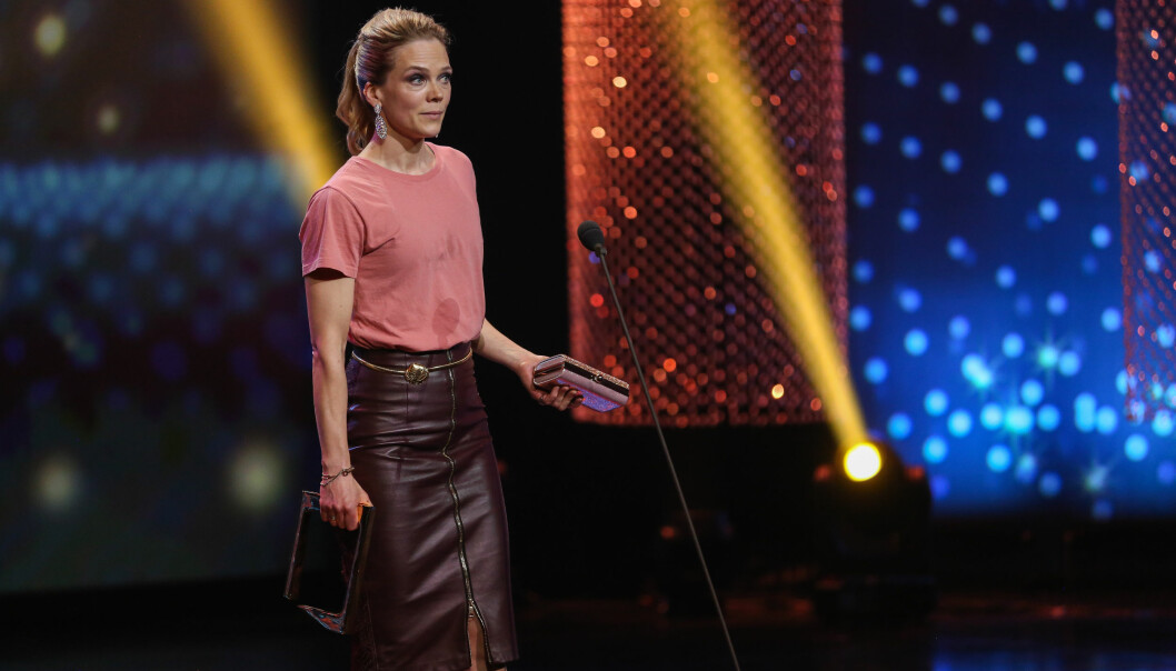 <strong>SKITTEN T-SKJORTE:</strong> Ane Dahl Torp klarte å søle på t-skjorta si i forkant av utdelingen, noe man så antydning til da hun entret scenen for å motta prisen for beste kvinnelige skuespiller. Foto: TV 2