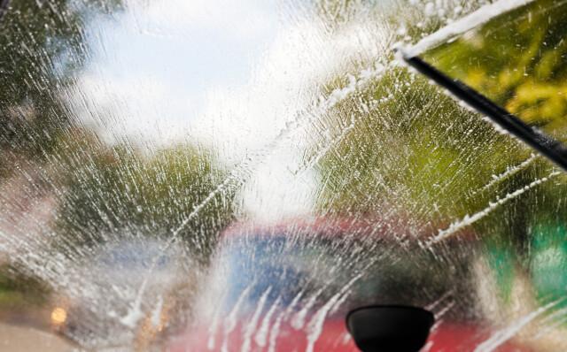 2b96dc0f EN FOR SOMMER, EN FOR VINTER: Spylervæsken du kjøper om vinteren har  dårligere effekt