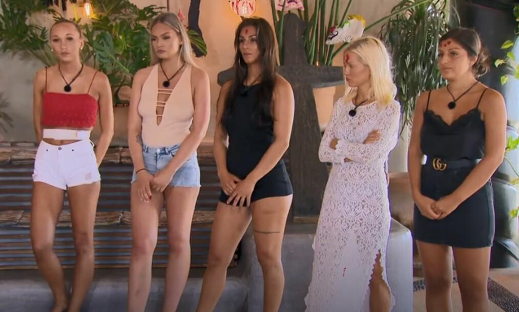 MÅTTE SJEKKE UT: I kveldens episode av «Paradise Hotel» var det en av jentene som måtte sjekke ut. Dette ble bestemt via en såkalt ofringsseremoni. Det var Ann Marielle Lipinska (i hvit kjole) som fikk flest stemmer. Foto: TV3