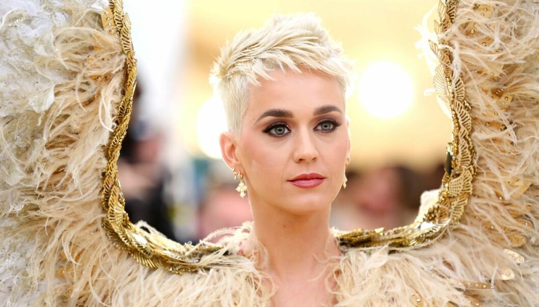 MET-GALLA: Katy Perrys antrekk besto av et sett med gigantiske vinger. Foto: Scanpix