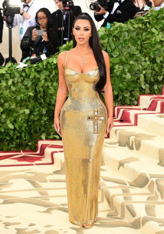 VISTE FORMER: Kim Kardashian i kjent stil på Met-gallaen med en tettsittende kjole fra motehuset Versace. Foto: NTB Scanpix