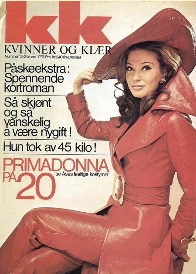 <strong>PÅ COVER AV KK I 1970:</strong> Denne påsken hilset Åse Kleveland sine Facebook-venner med påskecoveret av KK i 1970. Her er hun i sitt sceneantrekk, en rød skinndrakt med hatt, spesialdesignet av Per Lekang.